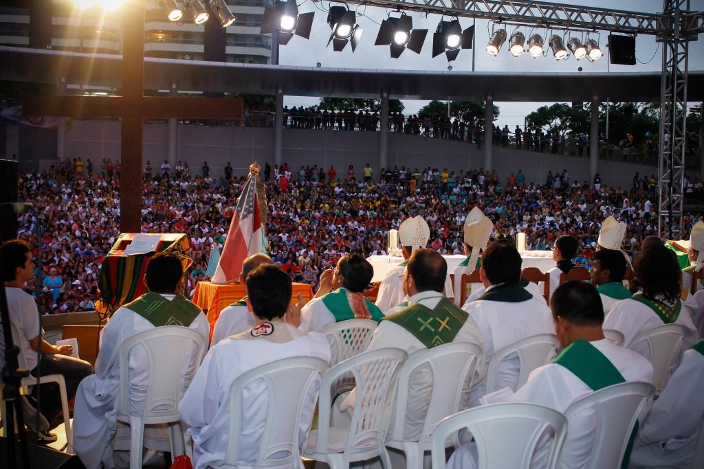 Mais de quatro mil pessoas participam da celebração de abertura.